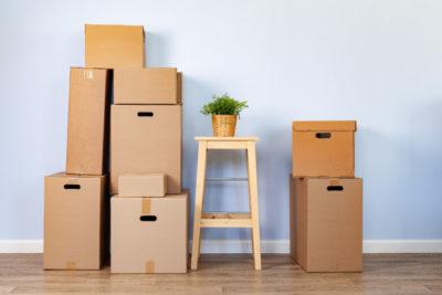 boites-demenagement-trucs-emballes-chaise-pour-demenagement_93675-82392
